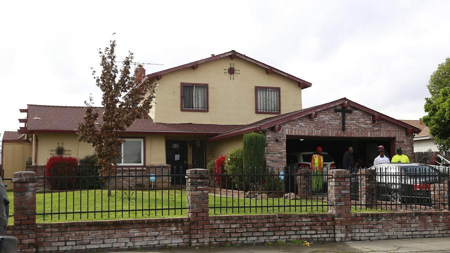 La gente se reúne afuera de la casa donde Stephon Alonzo Clark, de 22 años, fue baleado por un par de agentes de la policía de Sacramento.