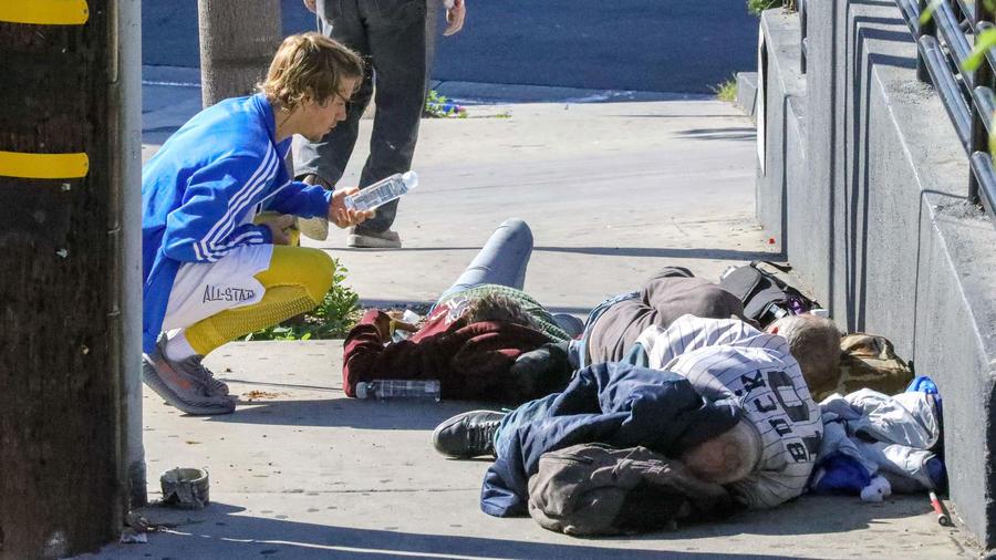 Justin Bieber ayudando a personas sin hogar