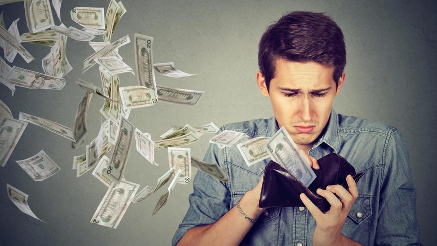 Hombre perdiendo dinero de su billetera