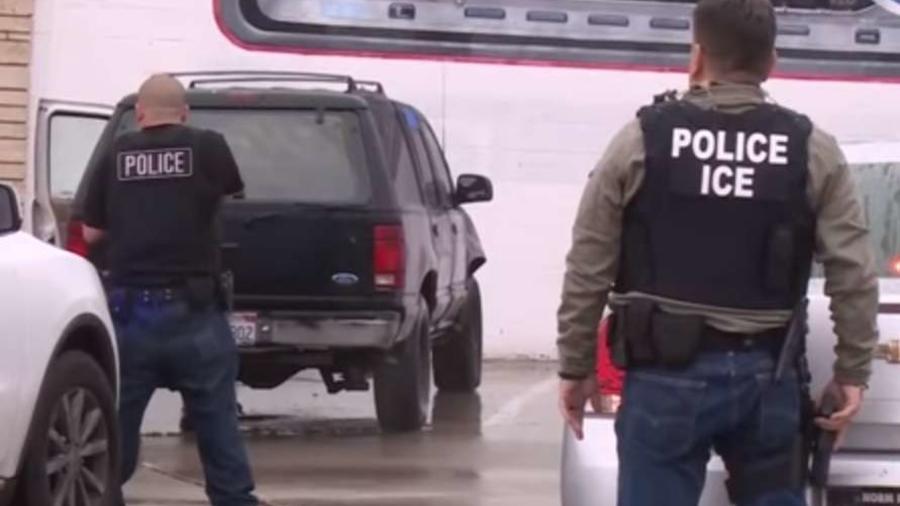 Agentes del ICE durante una operación.