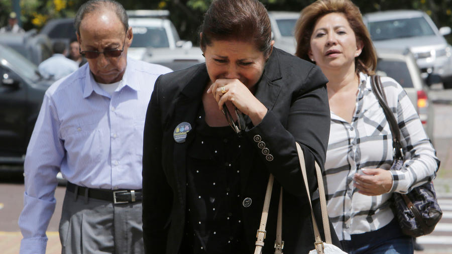 Familiares de tres miembros de la prensa secuestrados en la conflictiva frontera de Colombia con Ecuador llegan para encontrarse con el presidente ecuatoriano Lenín Moreno en Quito, Ecuador, el viernes 13 de abril de 2018.