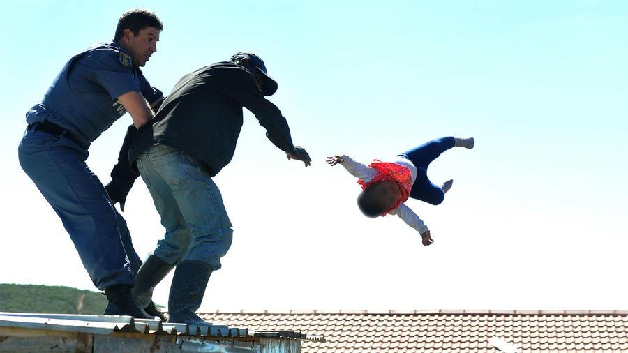 Hombre deja caer a su bebé