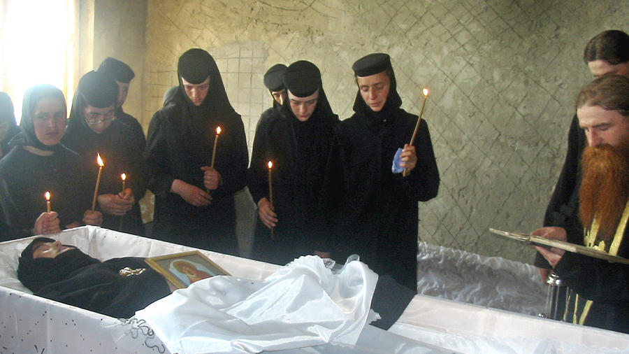 Monjas ortodoxas rumanas en el entierro de una compañera que murió en 2005 presuntamente durante un ritual exorcista.