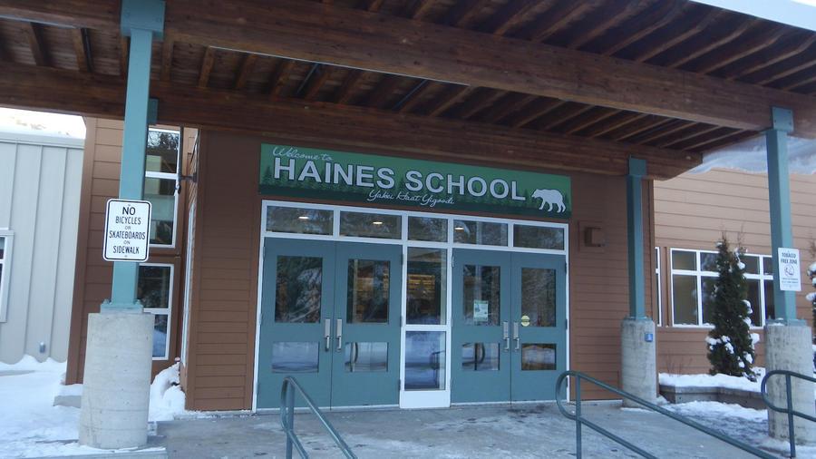 Imagen de archivo de la escuela de Haines (Alaska). Su gimnasio fue bautizado en honor a Karl Ward.