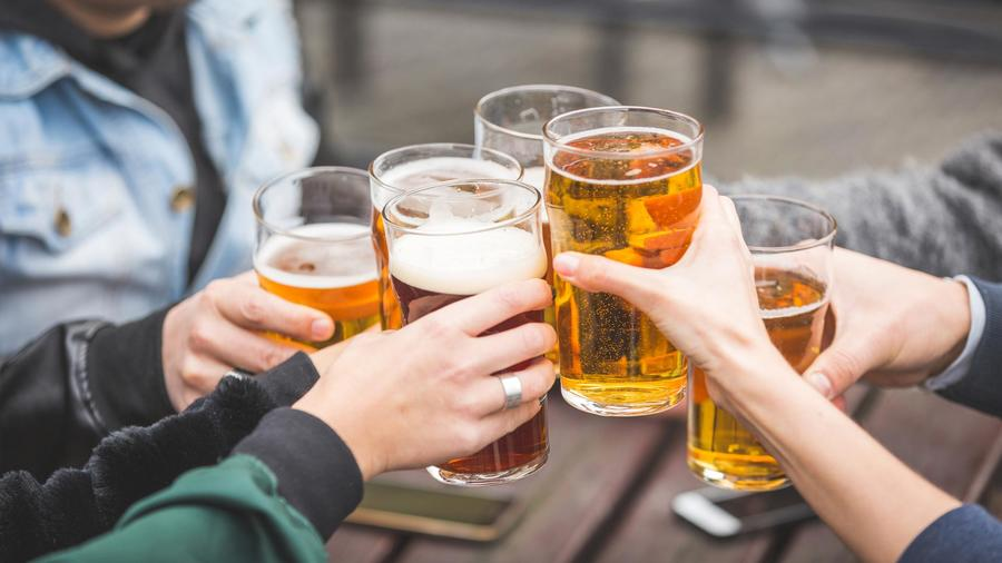 Personas bebiendo cerveza