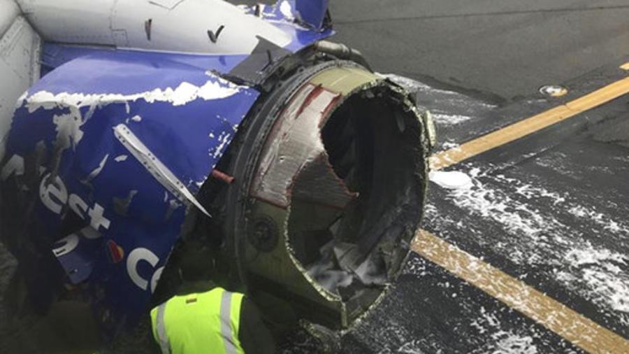 Motor del avión de Southwest Airlines es inspeccionado tras su aterrizaje de emergencia en Philadelphia