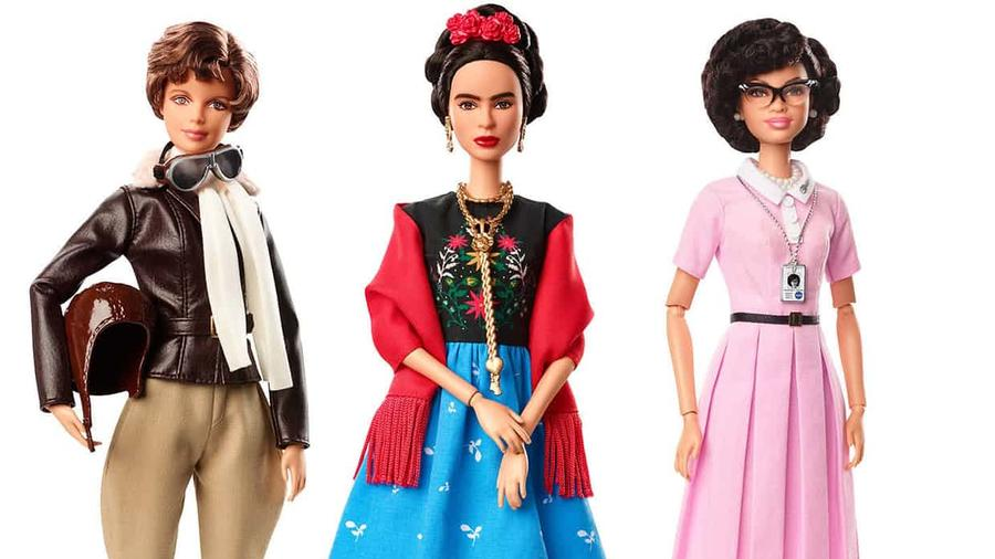 La Barbie con imagen de Frida Kahlo, al centro. Foto de AP