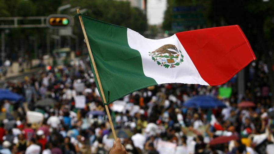 Un bandera de México es agitada en el Zócalo de la Ciudad de México, el 7 de julio de  2012.