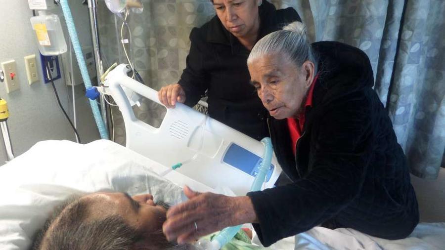 Concepción Contreras Romero no se separa de su hijo Guillermo Díaz. Cortesía Luis Magaña