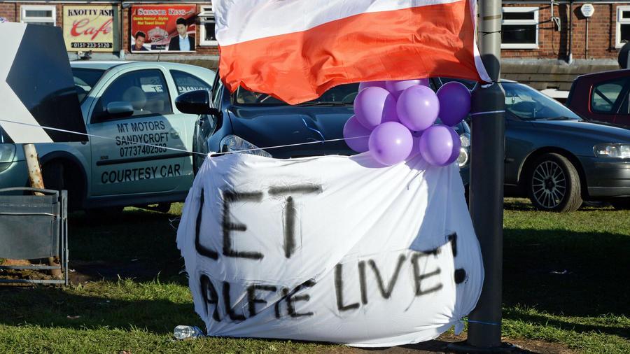 Muestras de solidaridad con el niño británico Alfie