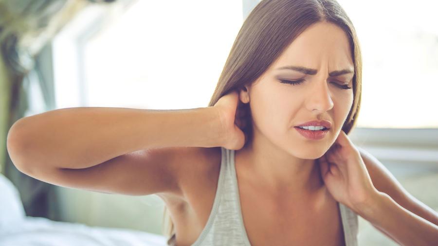 Mujer joven con dolor de cuello