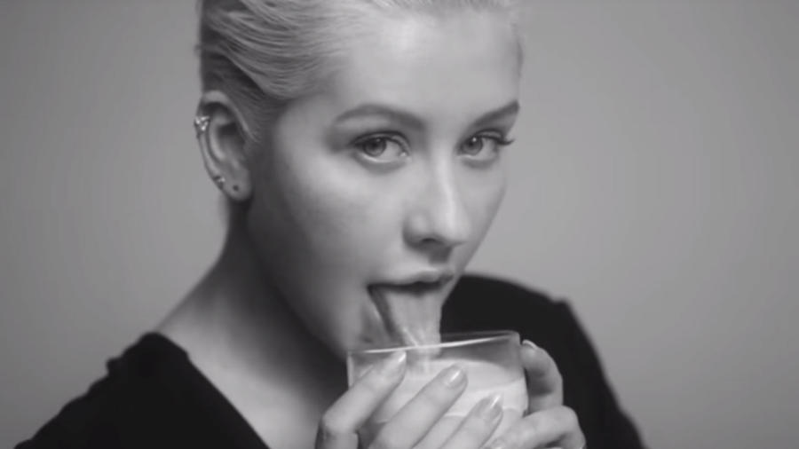 "Christina Aguilera en el video de ""Accelerate"""