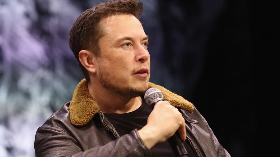 Elon Musk con micrófono