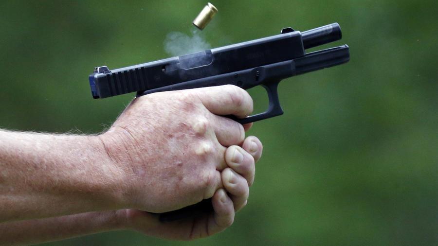 Un hombre dispara un arma en Petal, Missouri, el 30 de abril de 2016.