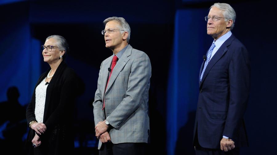 Alice, Jim y Rob Walton en un evento