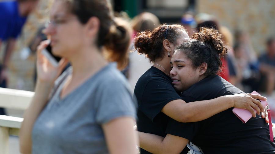 Una alumna siendo abrazada tras tiroteo en escuela de Santa Fe, Texas