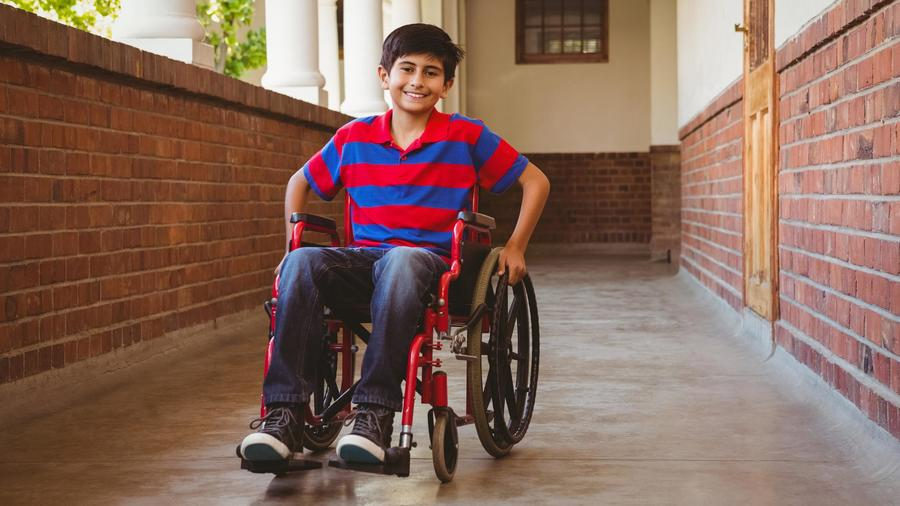 Niño en silla de ruedas