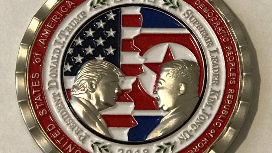 Una moneda conmemorativa del presidente, Donald Trump, y el líder de Corea del Norte, Kim Jong Un.