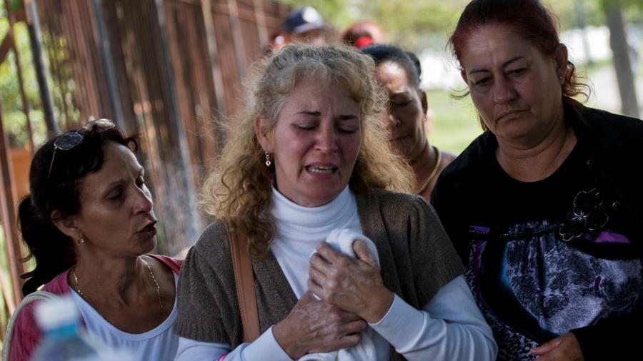 Familiares de los pasajeros del accidente aéreo de Cuba en la mañana del pasado sábado.