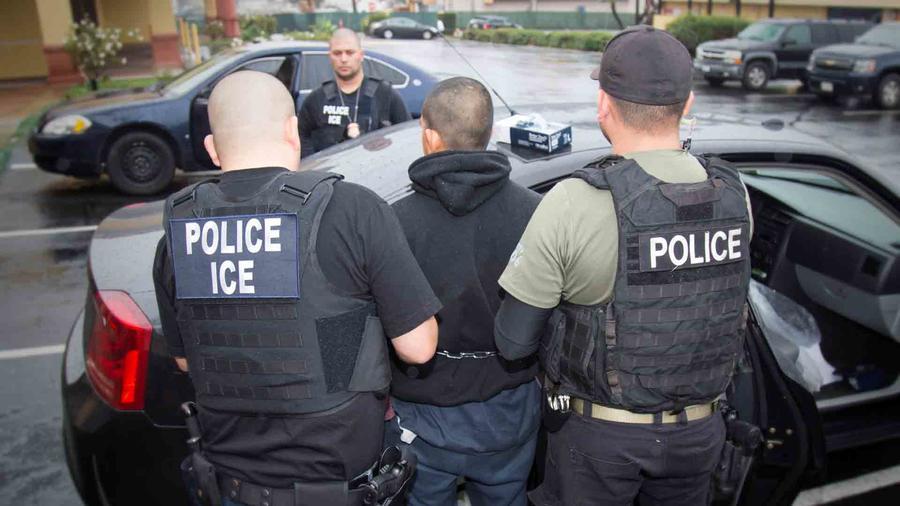 Un inmigrante arrestado por el ICE en una imagen de archivo.