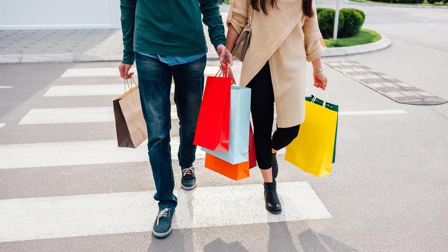 Pareja haciendo compras