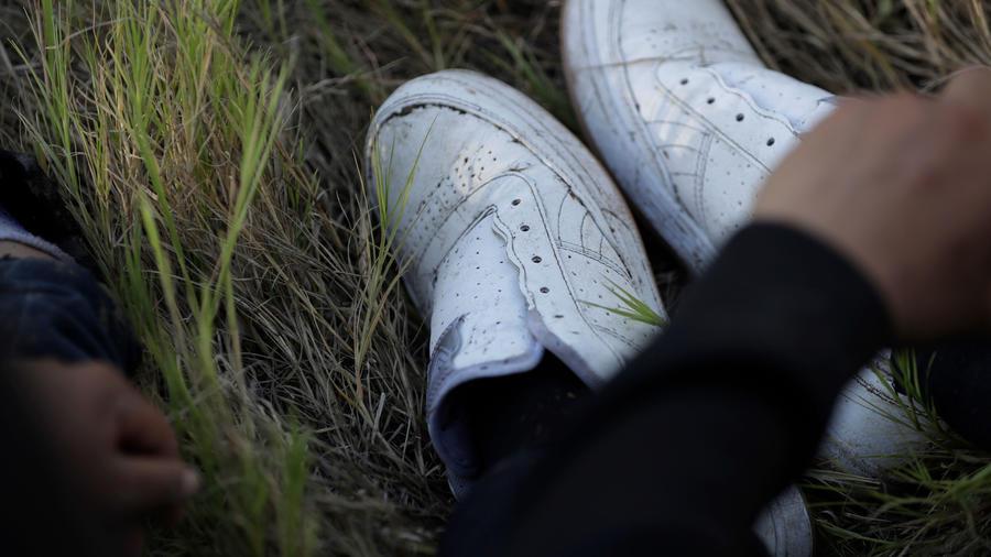 Zapatillas de un inmigrante arrestado en la frontera de EEUU y Mexico en una foto de archivo