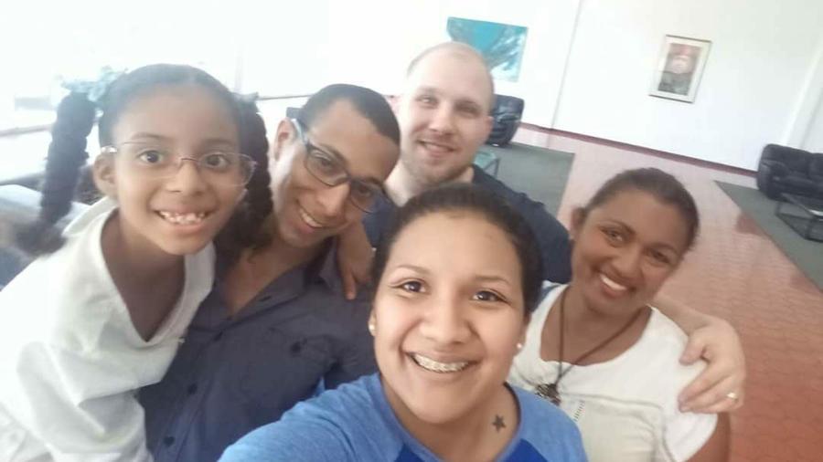 Joshua Holt, al fondo, con su esposa y familiares de esta, tras ser liberado en Venezuela
