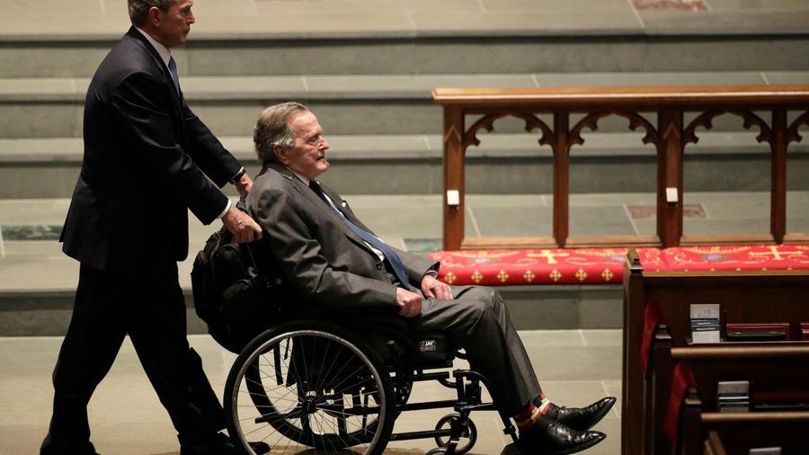 El ex presidente George W. Bush empuja la silla de su padre, George H.W. Bush, durante el funeral de la ex primera dama Barbara Bush, el 21 de abril de 2018, en Houston.
