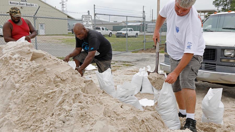 Residentes de Gulfport, Mississippi llenan sacos de arena para evitar inundaciones ante la llegada de la tormenta Alberto