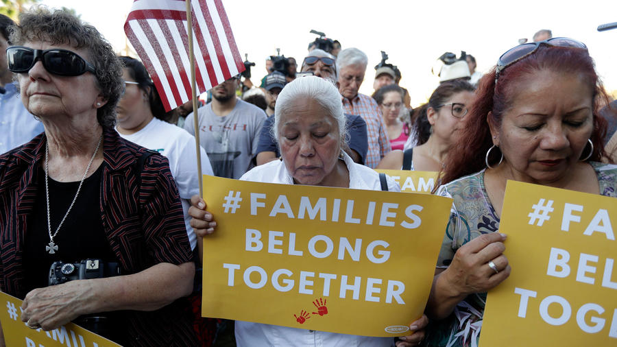 """Los manifestantes rezan durante un evento de Rally For Our Children para protestar contra una nueva política de inmigración de """"cero tolerancia"""" que ha llevado a la separación de familias, el jueves 31 de mayo de 2018 en San Antonio. (AP Photo / Eric Gay)"""