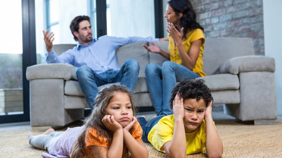 Padres discutiendo frente a sus hijos
