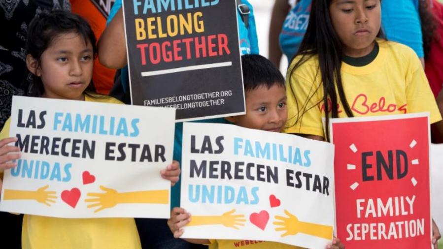 Niños en una manifestación este junio frente a las oficinas de Inmigración y Control de Aduanas (ICE) en Florida.