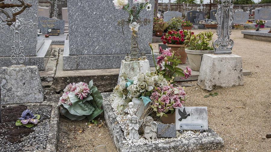 """La tumba de la niña encontrada muerta en 1987 en Suevres, Francia, a la que se llamaba """"la mártir de la A10"""""""