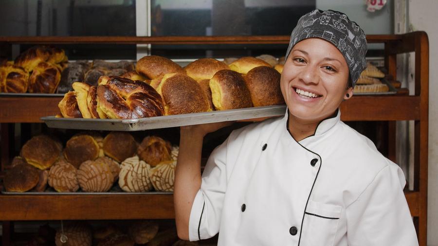 Panadera sonriente con bandeja
