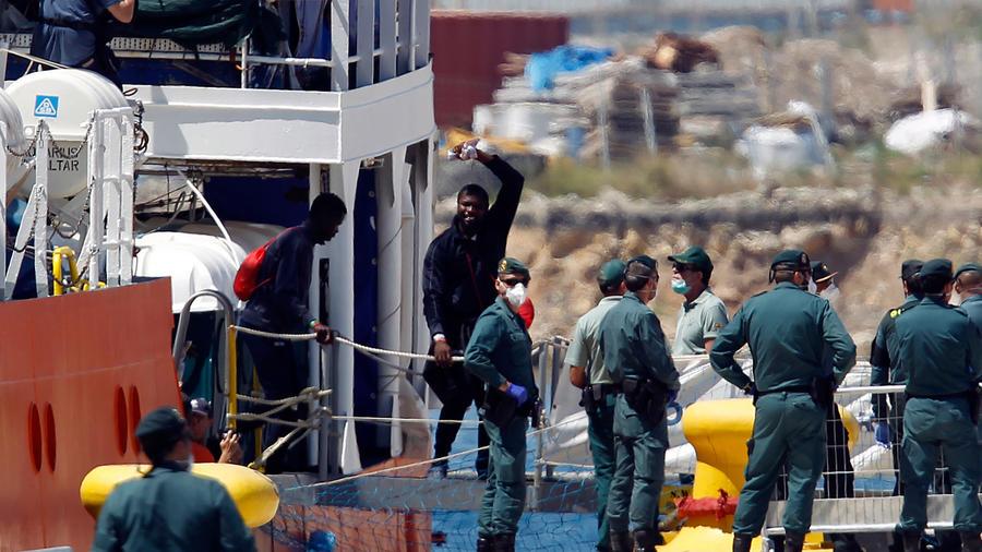 Inmigrantes del Aquarius comienzan a desembarcar en España