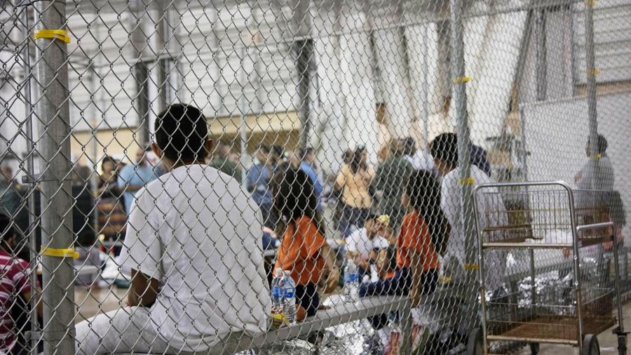 En esta foto proporcionada por Aduanas y Protección Fronteriza de EE. UU., Personas que han sido detenidas por casos de entrada ilegal a los Estados Unidos, se sientan en una de las jaulas en una instalación en McAllen, Texas, el domingo 17 de junio de 20