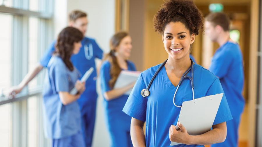 Estudiante de medicina sonriente