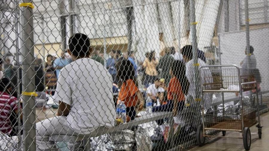 """Inmigrantes detenidos en el centro de procesamiento de indocumentados """"Ursula"""", más grande de EEUU localizado en McAllen, Texas."""