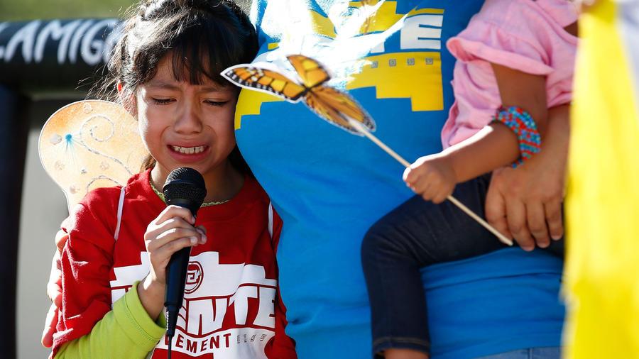 Niña inmigrante llora en un evento en protesta de separación de familias