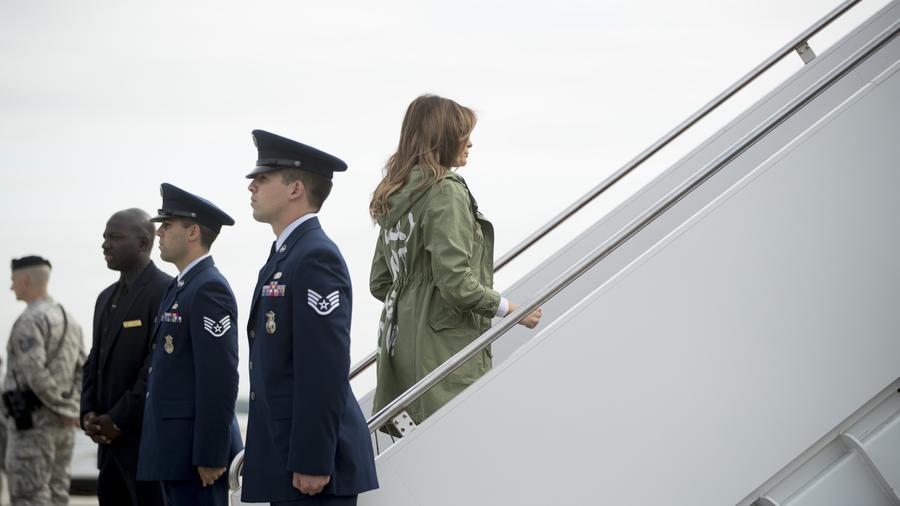 La primera dama se sube a un avión tras visitar un centro para niños indocumentados en Texas
