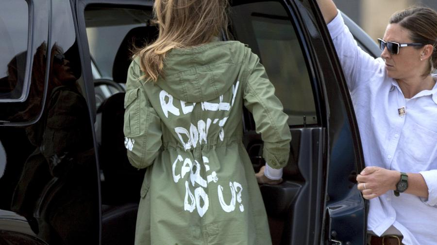 La primera dama llegando a la base de Andrews luego de visitar el centro de niños indocumentados en Texas.