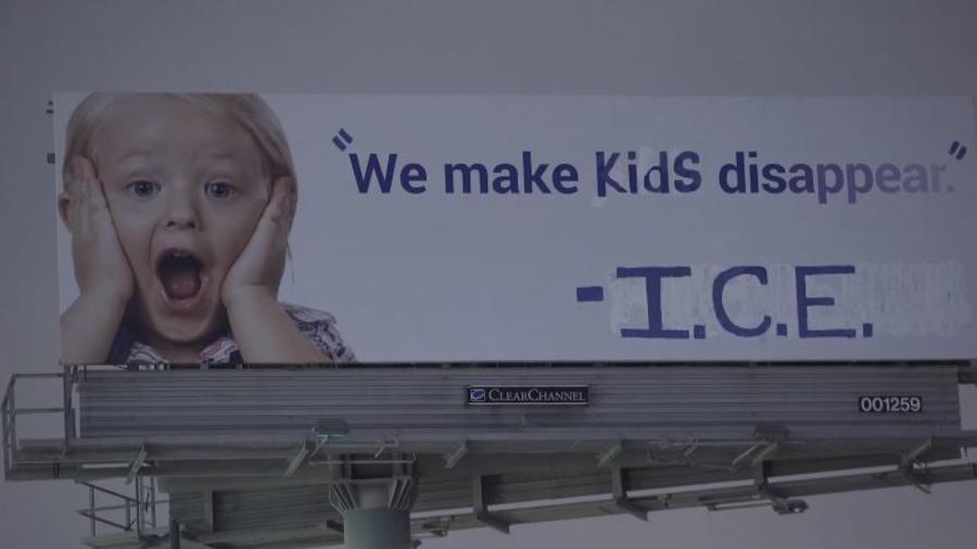 Un anuncio publicitario vandalizado con un mensaje contra ICE en Emeryville (California).