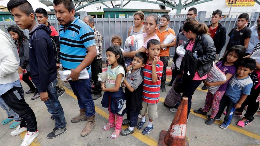 Familias inmigrantes tras ser por la Oficina de Aduanas y Protección de Fronteriza en McAllen, Texas.