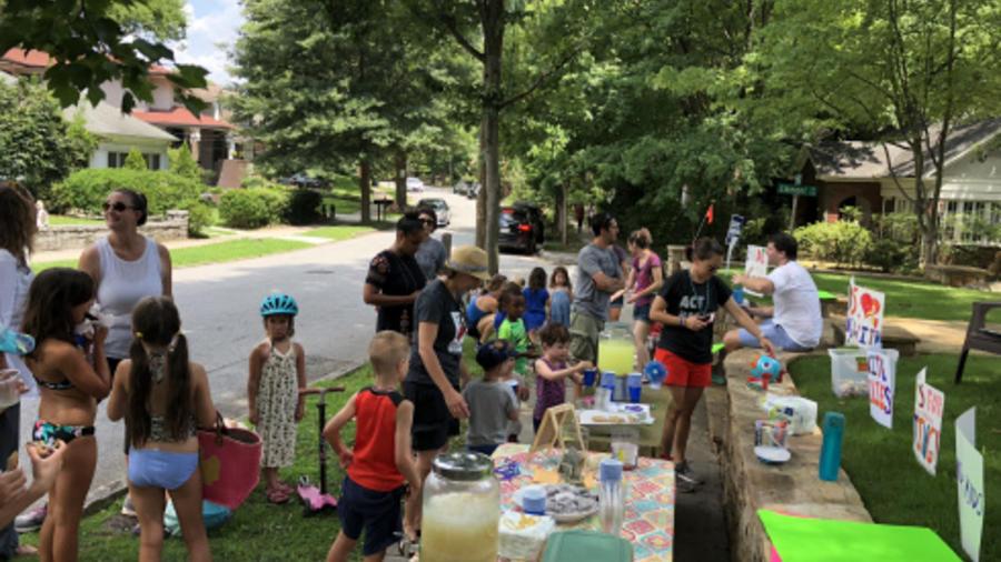 Niños organizaron una venta de limonada para ayudar a familias inmigrantes separadas.