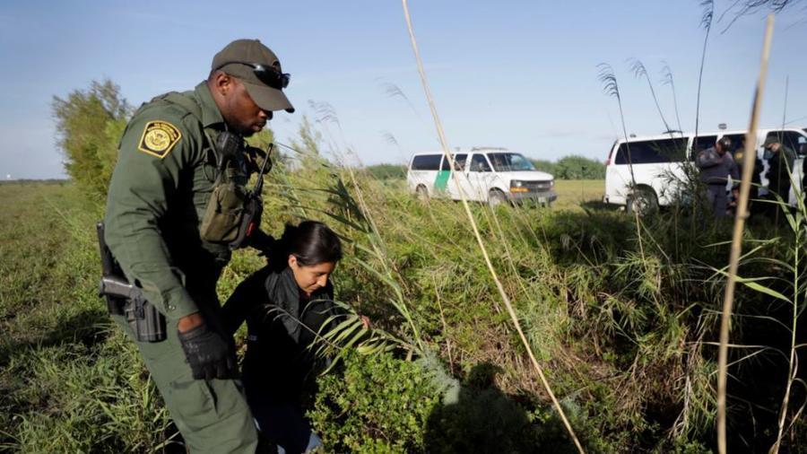Un agente de la Patrulla Fronteriza arresta a un inmigrante en Río Grande, Texas, en una foto de archivo.