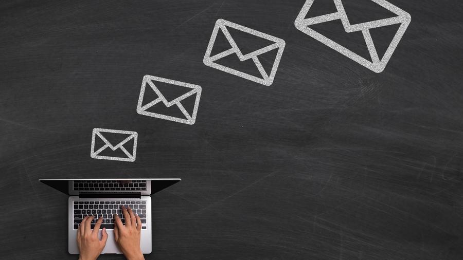 Persona escribiendo un correo electrónico