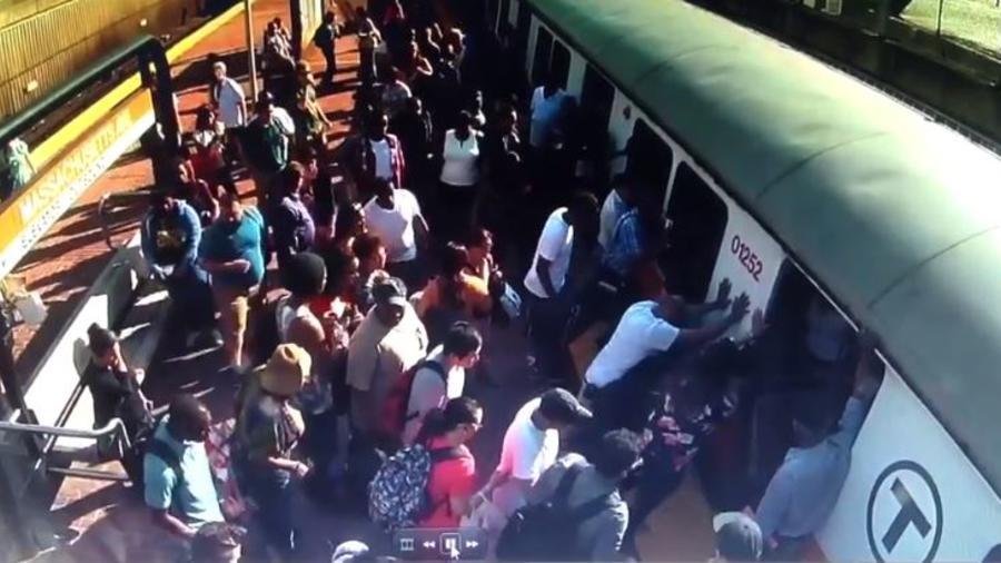 Mujer queda atrapada por tren del metro en Boston. Foto: MBTA