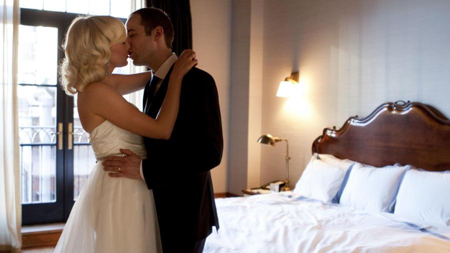 Pareja de recién casados en la alcoba