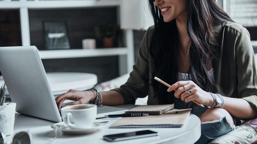 Mujer con computadora y café