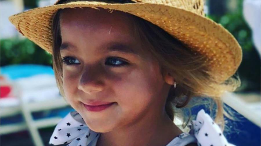 Alaïa usando un sombrero en vacaciones